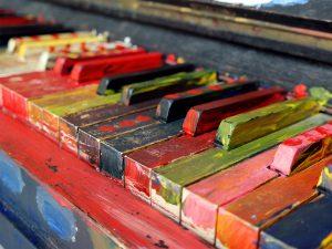 Bunt angemalte Klaviertasten
